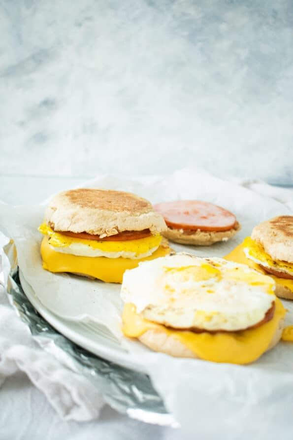 egg sandwich on deli paper